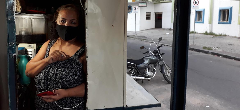Teresinha Rocha de Faria Chaves, dona de um trailer de salgadinhos em frente a hospital de Contagem (MG) - Manuel Marçal/UOL