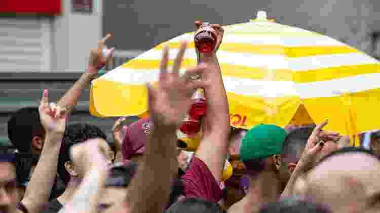 Vendedor ambulante carrega corda com as garrafas bojudas - Diego Padgurschi/UOL - Diego Padgurschi/UOL