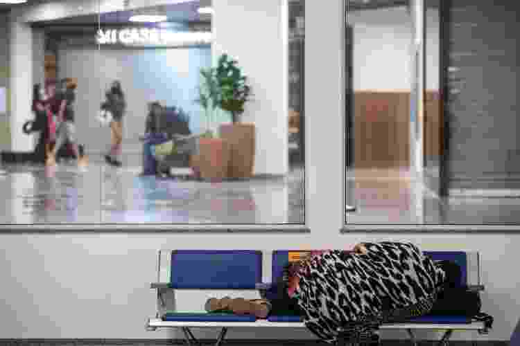 Oceya de Souza, que vive há cinco meses no aeroporto internacional de Salvador - Rafael Martins/UOL - Rafael Martins/UOL