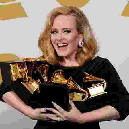 Adele posa com seus prêmios na 54° edição do Grammy - Kevork Djansezian/Getty Images