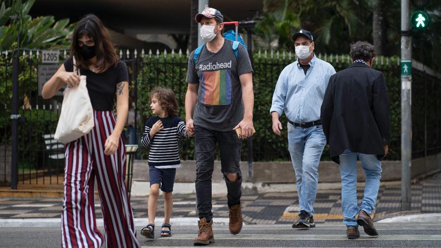 Com máscaras de proteção, pedestres atravessam a avenida Angélica, no centro de São Paulo - André Porto/UOL