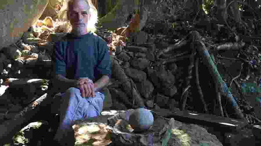 Vilmar Godinho, dentro da caverna onde vive, em Santa Catarina - Magnus Casara