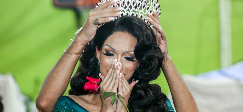 A drag queen Sthefany Laffront recebe o título de Miss Praia Grande Gay America 2020, realizado na Associação Corrente do Bem Praia Grande - Ricardo Matsukawa