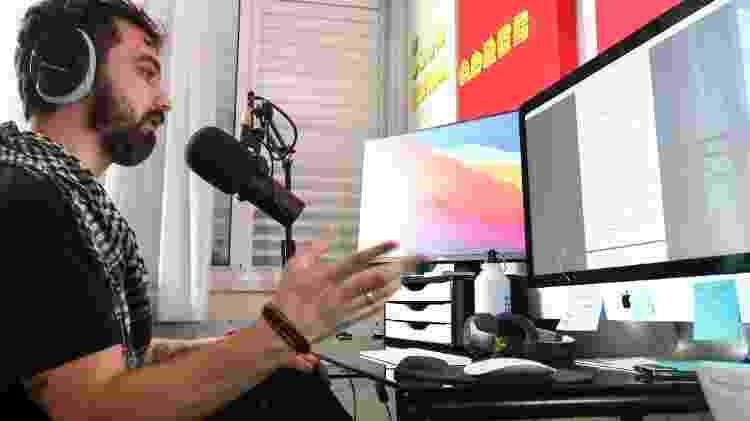 Ivan Mizanzuk, no estúdio de seu apartamento em Curitiba - Theo Marques/UOL - Theo Marques/UOL