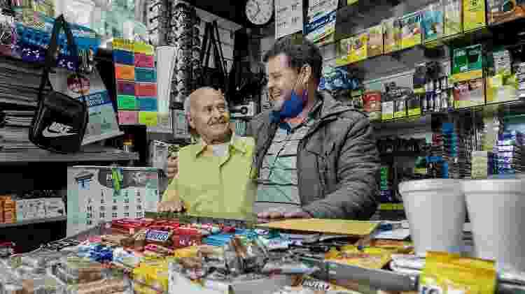 Salvador Neves com o filho Otávio na banca Estadão, localizada no viaduto Nove de Julho - Mariana Pekin/UOL - Mariana Pekin/UOL