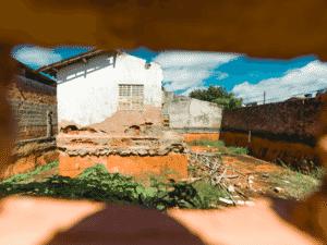 Buraco feito por curiosos para espiar a escavação na rua A Dezesseis, em Maceió - Gabriel Moreira/UOL - Gabriel Moreira/UOL