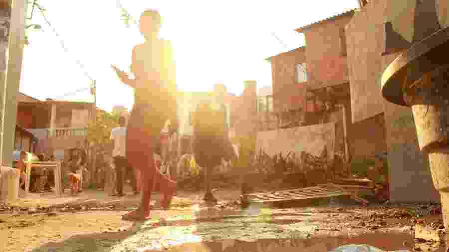 Pessoas passam por viela de Paraisópolis, segunda maior favela de São Paulo - Gulira Fotos