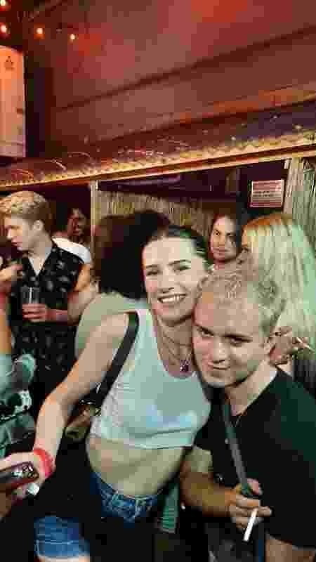 Ruby Bell-Gray com um amigo, na festa da G-A-Y, em Londres - João Pedro Caleiro/UOL - João Pedro Caleiro/UOL