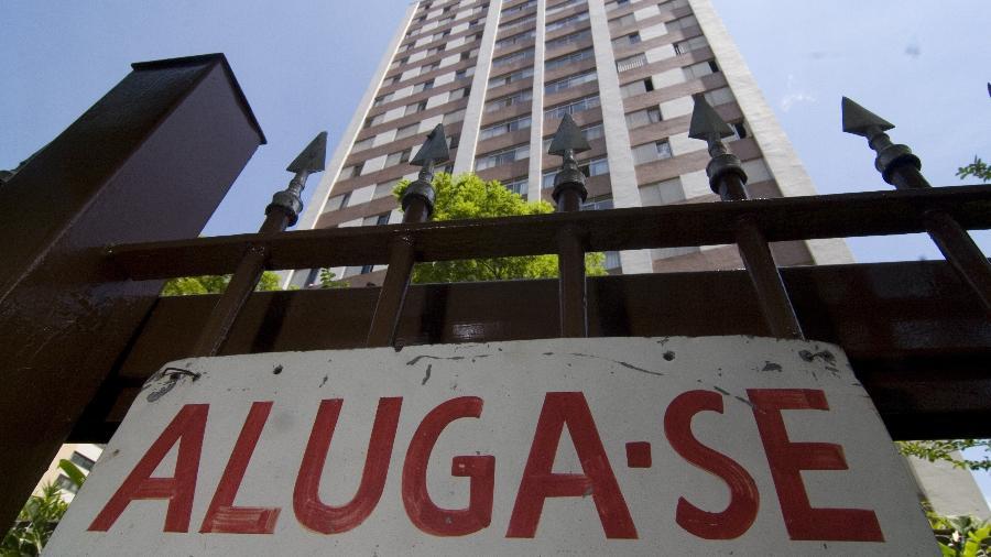 """Placa de """"aluga-se"""" em prédio da Vila Mariana, em São Paulo - Danilo Verpa/Folhapress"""
