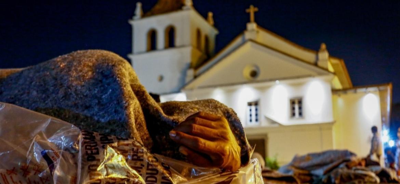 Morador de rua se enrola em cobertor e plástico para suportar o frio - Flávio Florido/UOL