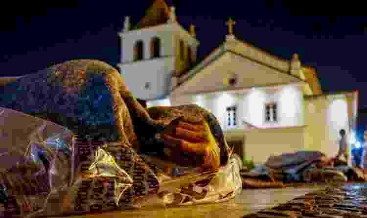 Morador de rua se enrola em cobertor e plástico para suportar o frio - Flávio Florido - Flávio Florido