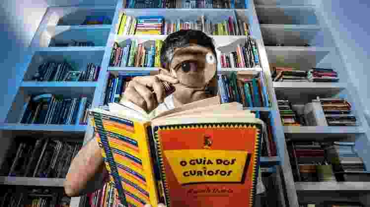 O jornalista e escritor Marcelo Duarte e a primeira edição de 'O Guia dos Curiosos', de 1995 - Fernando Moraes/UOL - Fernando Moraes/UOL