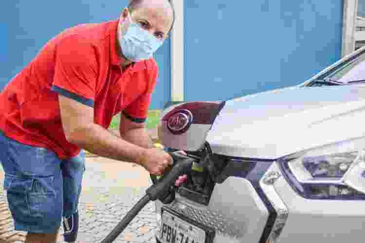 O enfermeiro Paulo Cândido, que tem um carro elétrico - Isabella Campedelli/UOL - Isabella Campedelli/UOL