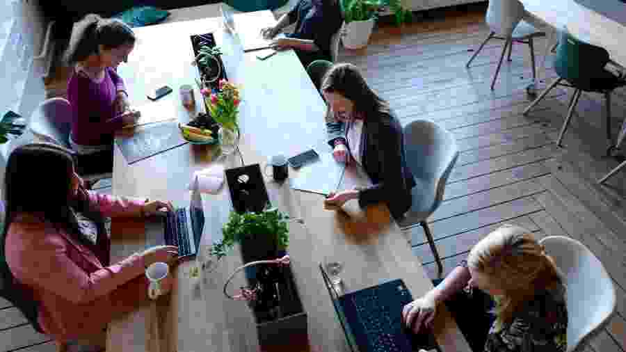 Espaços de coworking estão sentindo o impacto da crise, mas alguns já vêm adotando novas medidas para proteger a saúde dos frequentadores - Cowomen/Unsplash