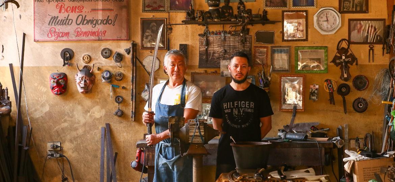 Edson Suemitsu e o filho Guilherme: o fabricante de espadas dedica-se a ensinar o filho para levar a tradição adiante - Theo Marques/UOL