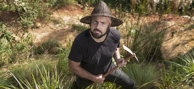O artista plástico Daniel Caballero, 48, no meio de seu Cerrado recuperado no bairro da Pompeia, em São Paulo - Keiny Andrade/UOL