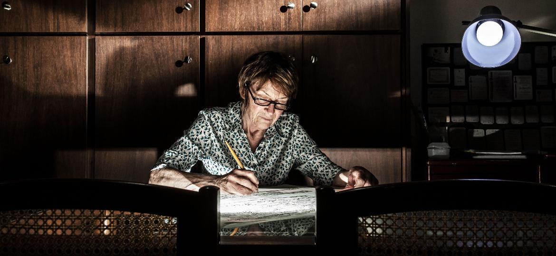 A calígrafa Dora Bottger, na sala de sua casa, em São Paulo: mais de 50 anos de experiência escrevendo convites, títulos e documentos - Fernando Moraes/UOL
