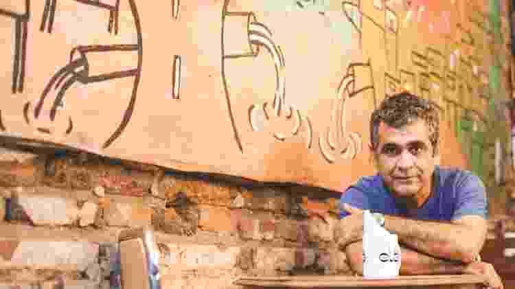 """Cineasta no café Elã, que reúne objetos cenográficos do filme """"Tatuagem"""" e da série """"Chão de Estrelas"""" - Brenda Alcântara/UOL - Brenda Alcântara/UOL"""