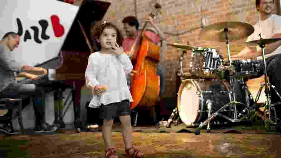 Criança curte show de jazz enquanto os pais almoçam, em São Paulo - Fabio Braga/Folhapress,