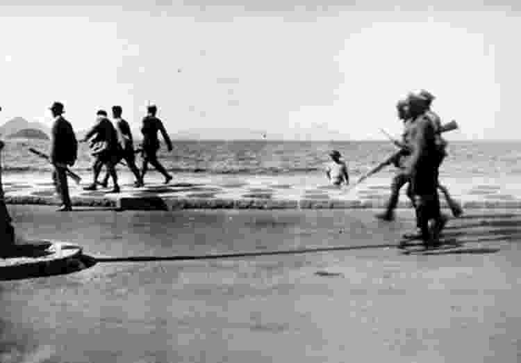 Imagem da marcha da Revolta dos 18 do Forte de Copacabana, em 1922 - Reprodução - Reprodução