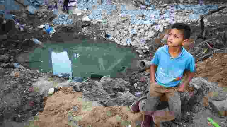 Criança palestina anda pelos escombros após o cessar-fogo entre Israel e Hamas - Majdi Fathi/NurPhoto via Getty Images - Majdi Fathi/NurPhoto via Getty Images