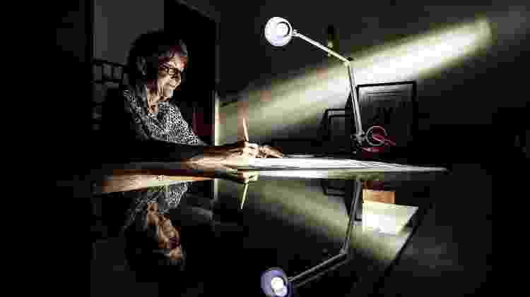 A calígrafa Dora Bottger, na sala de sua casa, em São Paulo: mais de 50 anos de experiência escrevendo convites, títulos e documentos - Fernando Moraes/UOL - Fernando Moraes/UOL