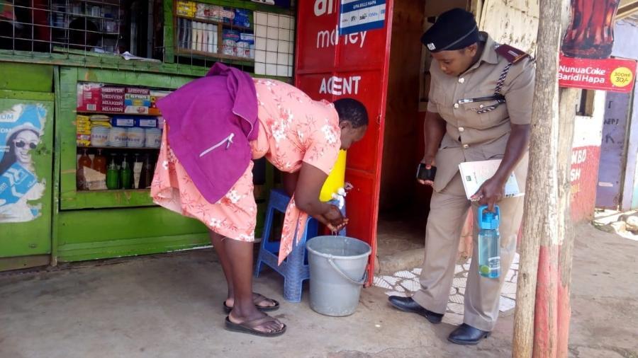 Estação para limpeza das mãos na favela de Kibera, Nairóbi (Quênia) - Muungano wa Wanavijiji