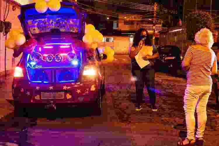 Márcia do Carmo e a homenageada da noite, em Bangu, no Rio - Fabiana Barbosa/UOL - Fabiana Barbosa/UOL
