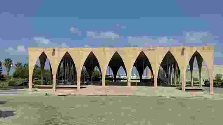 Pavilhão desenhado por Oscar Niemeyer em Trípoli - Fernanda Ezabella/UOL - Fernanda Ezabella/UOL