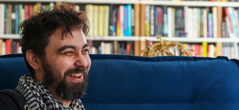 Ivan Mizanzuk, em seu apartamento em Curitiba - Theo Marques/UOL