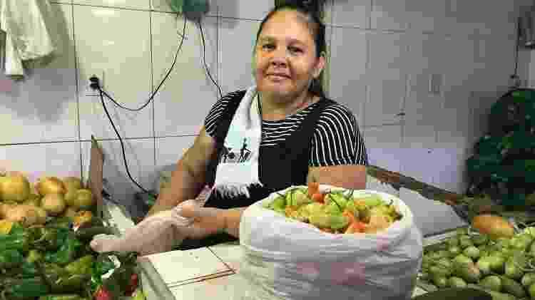 Cristina Avelino vende frutas e legumes na Feira de Manaus Moderna, que sofre com as cheias do Rio Negro - Jullie Pereira/UOL - Jullie Pereira/UOL