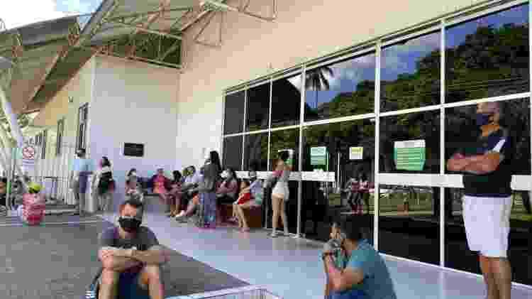 Pacientes e acompanhantes do lado de fora da UPA Nova Descoberta, no Recife - Marcelo Henrique Andrade/UOL - Marcelo Henrique Andrade/UOL