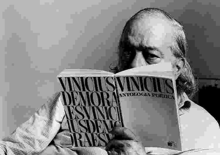 """Vinicius de Moraes, com seu livro de nome """"Antologia Poética"""" - Divulgação - Divulgação"""