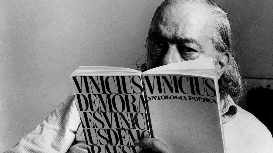 """Vinicius de Moraes, com seu livro de nome """"Antologia Poética"""" - Divulgação"""