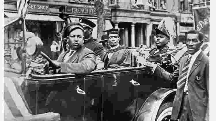O jamaicano Marcus Garvey Jr., líder do movimento Back to Africa, circula de carro pelo bairro do Harlem, em NY (EUA), por volta de 1920   - Michael Ochs Archives/Getty Images - Michael Ochs Archives/Getty Images