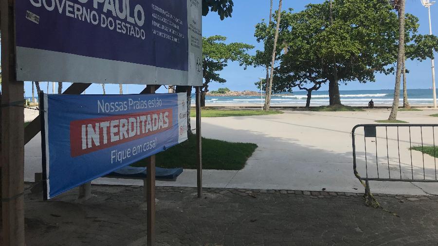 Placa avisa que a Praia de Pitangueiras, no Guarujá, está interditada - Felipe Pereira