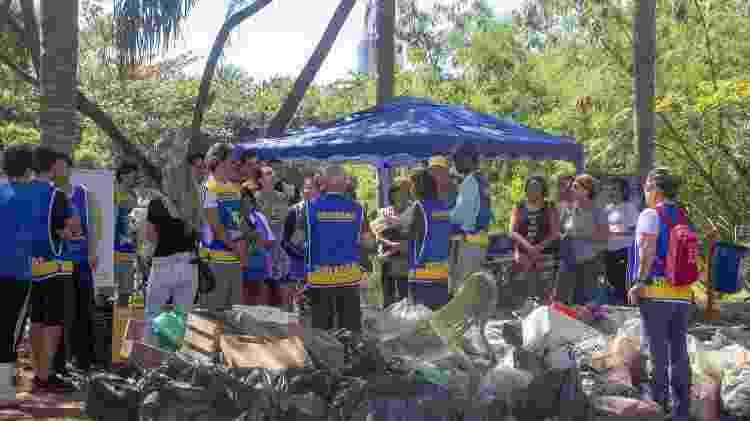 Moradores do Jardim Botânico organizam mutirão de limpeza pelo bairro - Andréia Lago/Eder Content/UOL