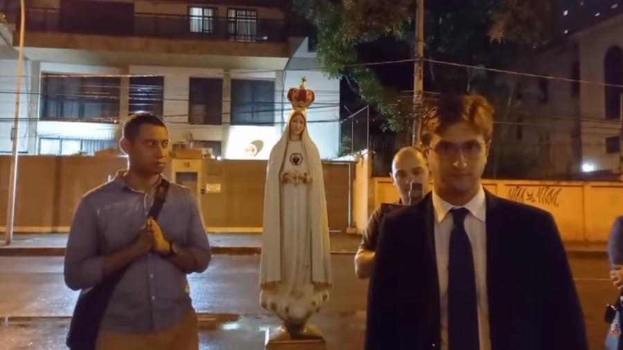 Membros do Centro Dom Bosco rezam em frente ao Consulado da China no Brasil, no bairro de Botafogo, no Rio de Janeiro - Reprodução/ YouTube