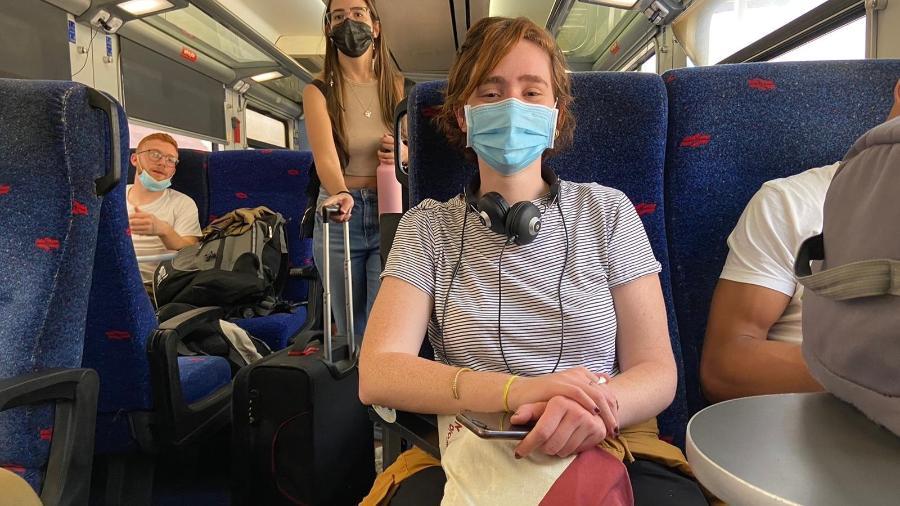 A jornalista brasileira Laura Capelhuchnik, no trem que liga Tel Aviv a Haifa: ainda é obrigatório o uso de máscara em transporte público em Israel - Laura Capelhuchnik/UOL