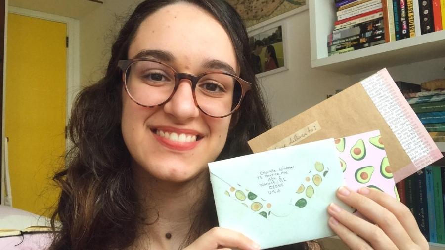 A estudante de produção editorial Gabriela Benevides, 22, é uma das centenas de pessoas se dedicando à correspondência com estranhos - Arquivo pessoal