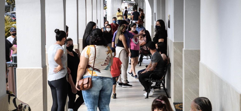 Famílias esperam por cerimônias curtas e silenciosas de enterro em Florianópolis - Isadora Camargo/UOL