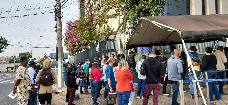 Imigrantes à espera de atendimento na frente da sede da Polícia Federal, em São Paulo - João de Mari/UOL