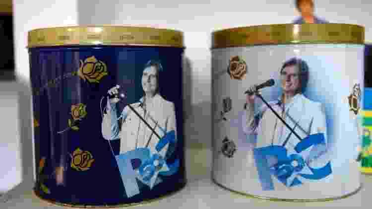 Rosemeire Barbosa herdou de Marlene Queiroz as latas de panetone comemorativas com a foto de Roberto Carlos - Flavio Moraes/UOL - Flavio Moraes/UOL