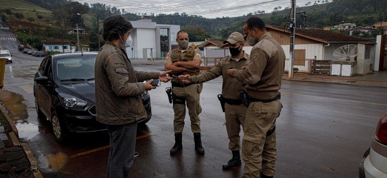 """Repórter do TAB apresenta documentos para PMs catarinenses durante """"enquadro"""" em Marema (SC) - Caio Guatelli/UOL"""
