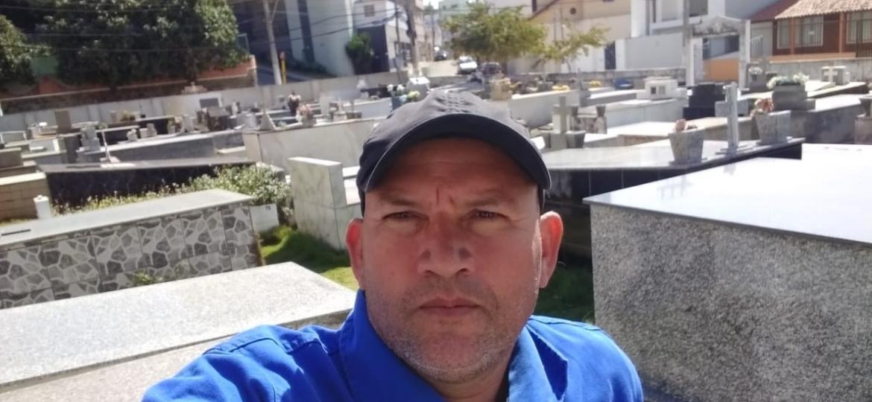 O coveiro capixaba Fabrício da Silva Pascoal, 45, compartilha a rotina de sepultador em seu canal no YouTube - Arquivo pessoal