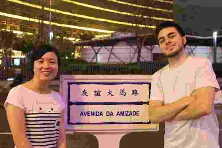 A chinesa Sisi Liao e seu marido, Lucas Brand, em Macau. Sisi é criadora do canal Pula Muralha, onde ensina mandarim e fala sobre a cultura chinesa - Divulgação - Divulgação