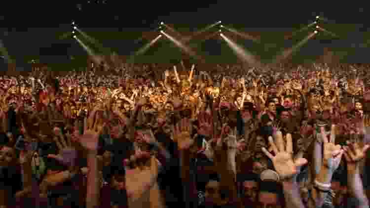 Público vibra com apresentação Planet Pop Festival, maior evento do gênero eletrônico à época - Arquivo pessoal de Tibor Yuzo - Arquivo pessoal de Tibor Yuzo