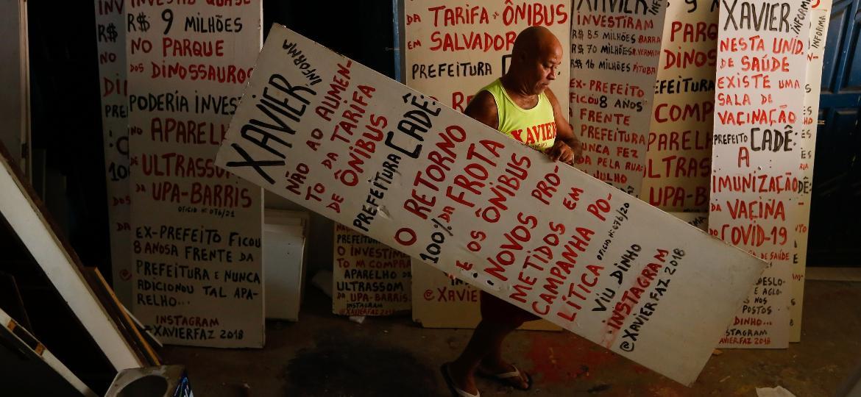 """José Jorge Xavier, o """"Nelson Informa"""", na sala de sua casa, no bairro Federação - Rafael Martins/UOL"""