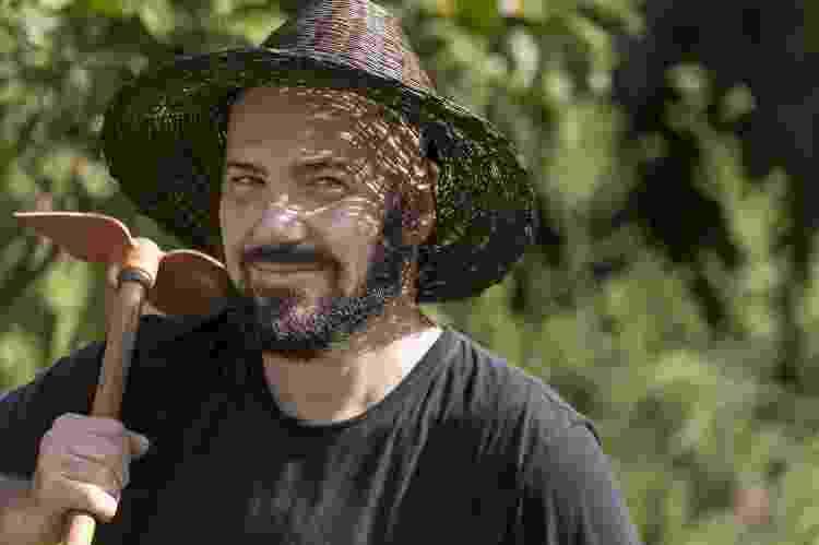 O artista plástico Daniel Caballero, 48, no meio de seu Cerrado na praça Homero Silva, no bairro da Pompeia, em São Paulo - Keiny Andrade/UOL - Keiny Andrade/UOL