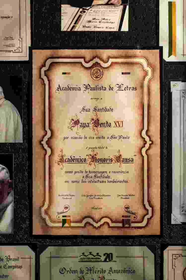 Título concedido ao papa Bento 16 pela Academia Paulista de Letras. A caligrafia é de Dora Bottger - Fernando Moraes/UOL - Fernando Moraes/UOL